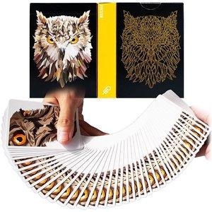 De Watcher speelkaarten zijn ontworpen door Adrian Velenzuele, dezelfde persoon die de inmiddels zeer populaie Memento Mori kaa
